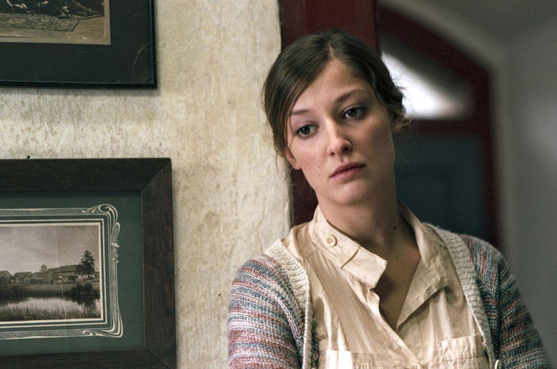 Bei den Dorfbewohnern ist die attraktive Juliana (Alexandra Maria Lara) die einzige, die Marc hilft, die Vergangenheit zu erforschen - und muss dafü... - Bildquelle: Kinowelt