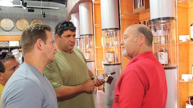 Tony Siragusa (M.) und Jason Cameron (l.) wollen Fred Noe (r.) helfen, seine...