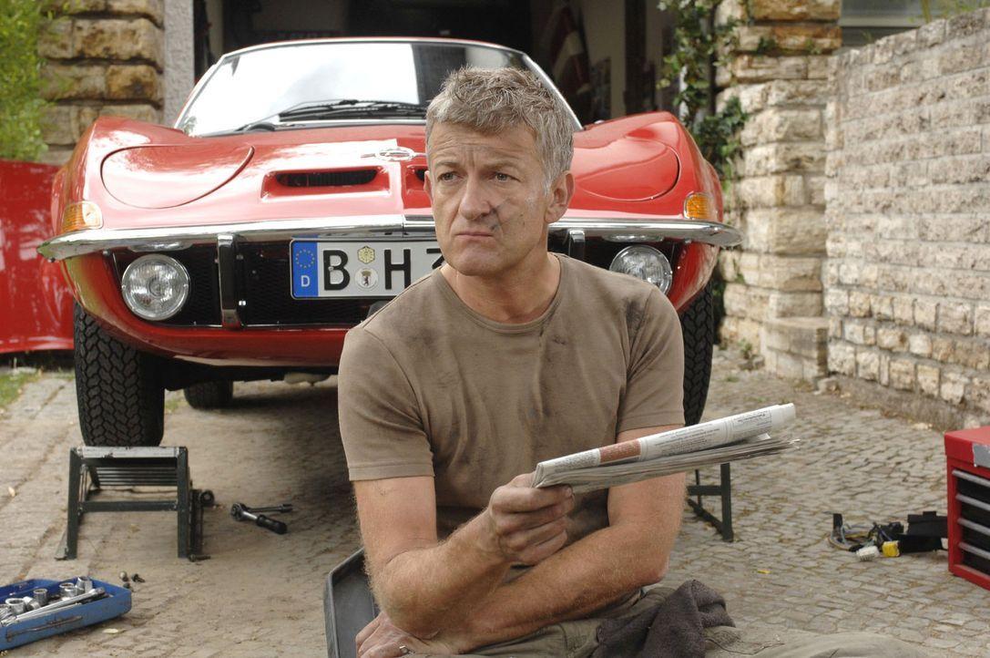 Ernüchtert erkennt Pit (Dominic Raacke), dass er sich um einen neuen Job kümmern muss. - Bildquelle: Oliver Ziebe Sat.1