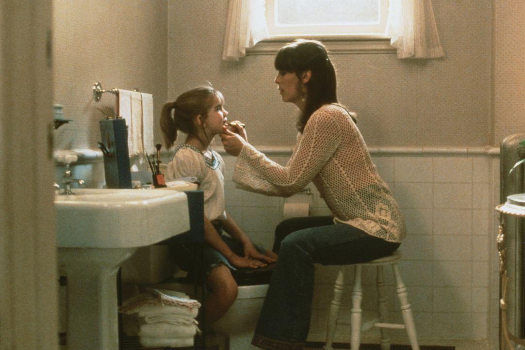 """Die kleine Vada (Anna Chlumsky, l.), die ohne Mutter aufwächst, findet bei allen """"weiblichen"""" Problemen Hilfe bei der netten Shelly (Jamie Lee Curt... - Bildquelle: Columbia Pictures"""