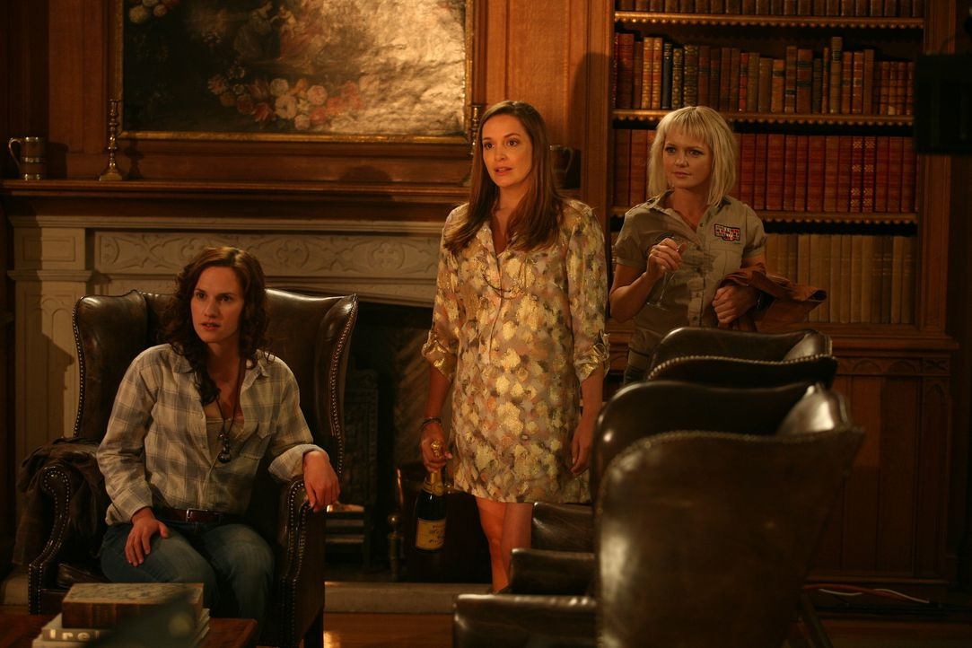 Mörderische Kreaturen treiben ihr Unwesen. Emily (Ruth Bradley, l.), Jenny (Lucy Brown, M.) und Abby (Hannah Spearritt, r.) gehen gegen dagegen vor... - Bildquelle: ITV Plc