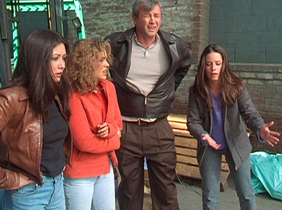 Prue (Shannen Doherty, l.), Phoebe (Alyssa Milano, 2.v.l.), Victor (James Read, 2.v.r.) und Piper (Holly Marie Combs, r.) fragen sich, wohin der Eis... - Bildquelle: Paramount Pictures