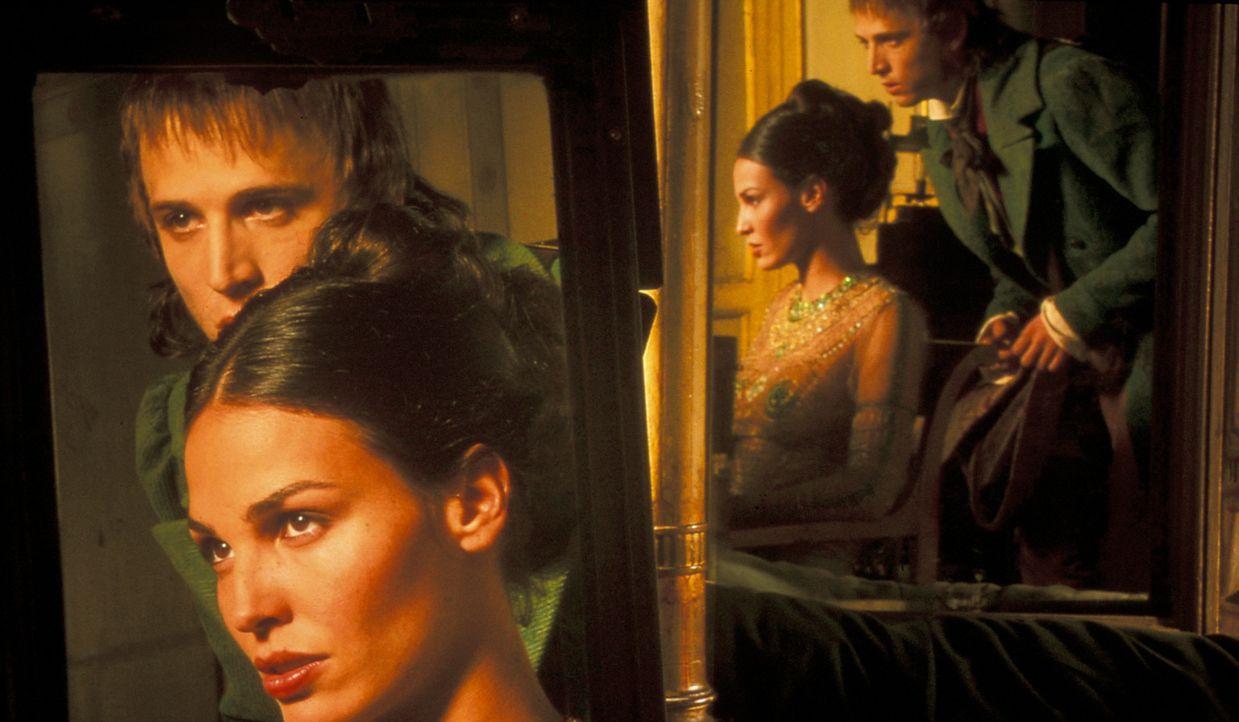 Auf der Suche nach Hinweisen zu Vidocqs Tod trifft Etienne Boisset (Guillaume Canet, r.) auf die hübsche Préah (Inés Sastre, l.). Ob sie ihm weit... - Bildquelle: Studio Canal