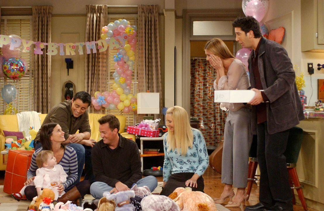 Emmas erster Geburtstag steht vor der Tür. Rachel (Jennifer Aniston, 2.v.r.) und Ross (David Schwimmer, r.) planen eine Party, zu der natürlich Moni... - Bildquelle: 2003 Warner Brothers International Television