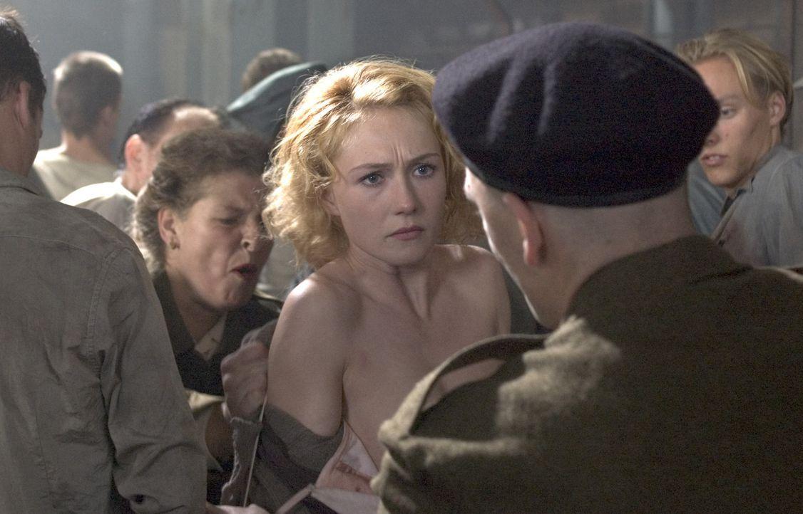 Entschlossen, sich an den Nazis zu rächen, schließt sich Rachel Stein (Carice van Houten, Mitte) dem niederländischen Widerstand an und begibt si... - Bildquelle: Egoli Tossell Film AG