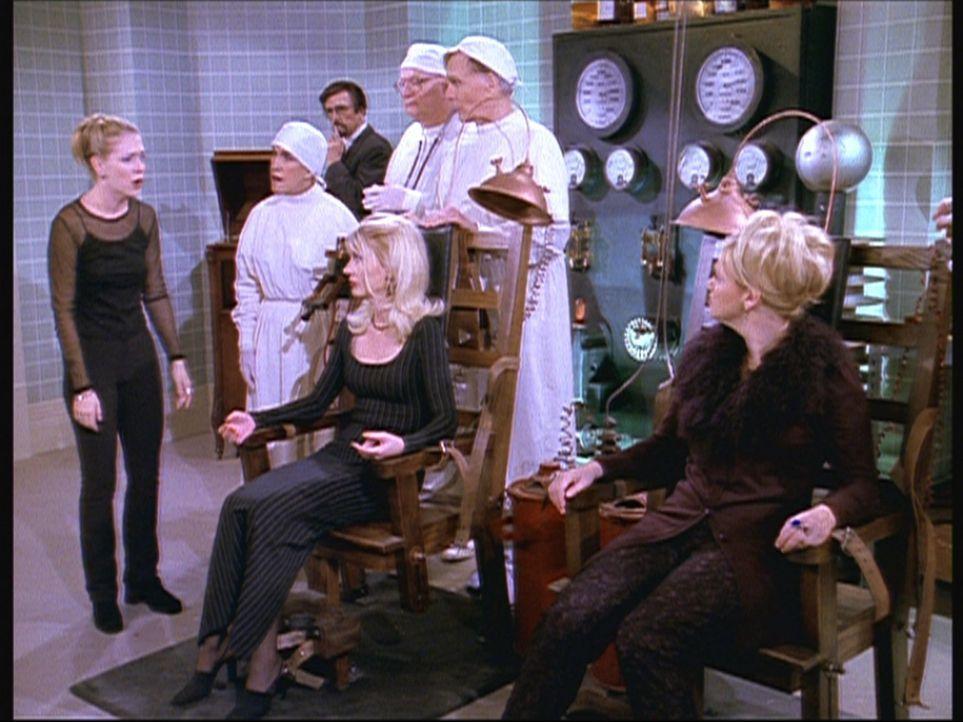 Hilda (Caroline Rhea, r.) und Zelda (Beth Broderick, M.) sind zu einer Halloween-Party ins andere Reich eingeladen worden. Als Sabrina (Melissa Joan... - Bildquelle: Paramount Pictures