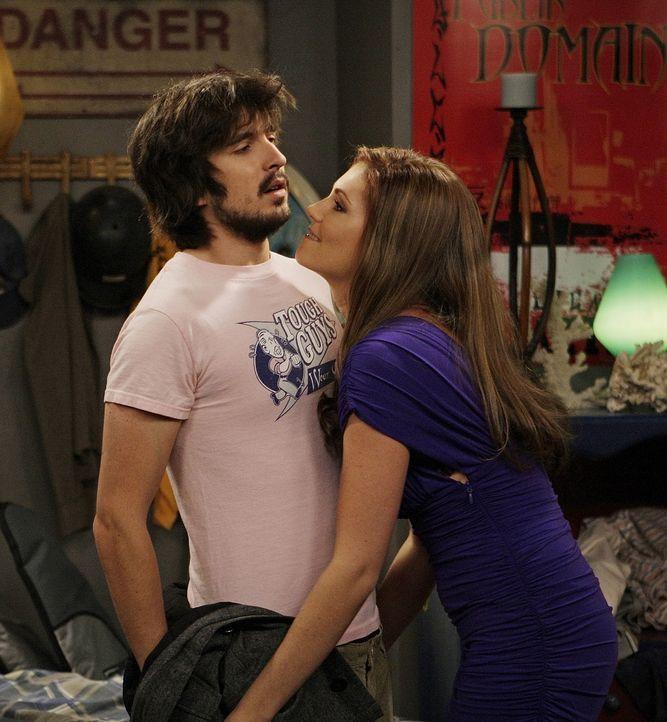 Andrea (Diora Baird, r.) ist nur an einer körperlichen Beziehung zu Davis (Nicolas Wright, l.) interessiert, doch er will etwas festes ... - Bildquelle: 2009 CBS Broadcasting Inc. All Rights Reserved