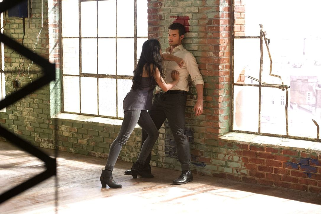 Wenn Elijah (Daniel Gillies, r.) sich einer neuen Schülerin wie Gia (Nishi Munshi, l.) annimmt, dann mit Leib und Seele ... - Bildquelle: Warner Bros. Television