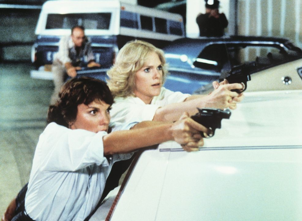 Cagney (Sharon Gless, l.) und Lacey (Tyne Daly) haben den Killer Arnold Cream in die Enge getrieben. - Bildquelle: ORION PICTURES CORPORATION. ALL RIGHTS RESERVED.