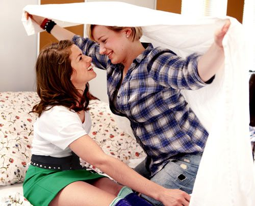 Kommen sich immer näher: Emma und Jenny ... - Bildquelle: David Saretzki - Sat1