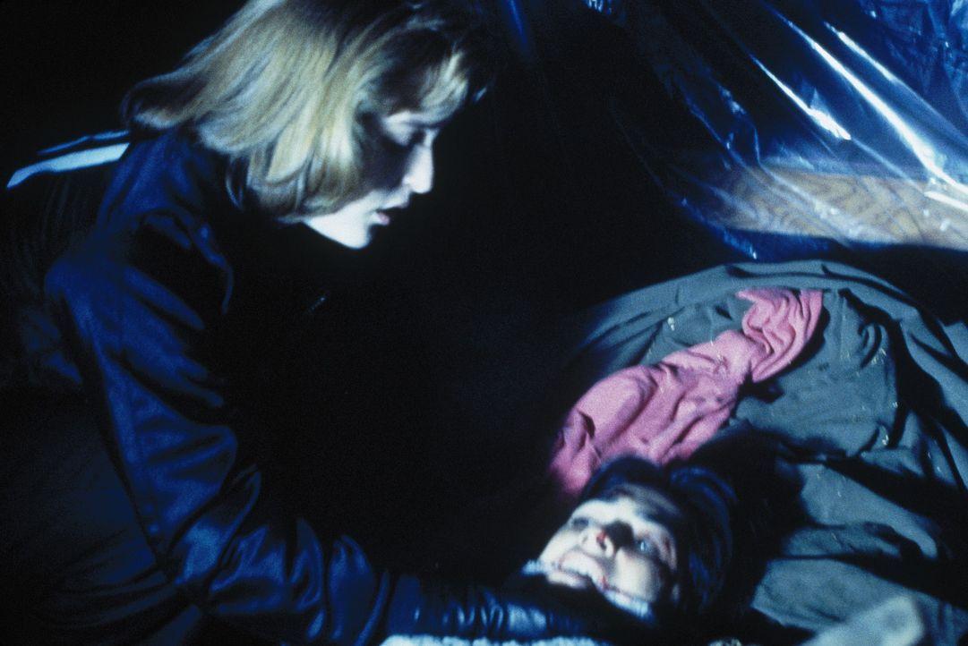 Boggs beschreibt Scully (Gillian Anderson, l.) das Versteck von Lucas Henry und seiner zweiten Geisel. - Bildquelle: TM +   Twentieth Century Fox Film Corporation. All Rights Reserved.