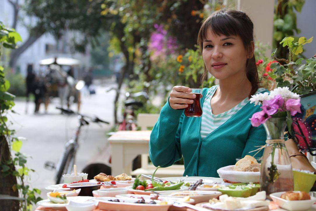 Von dem türkischen Frühstück auf den Prinzeninseln ist Rachel ganz begeistert ... - Bildquelle: Richard Hall BBC 2014