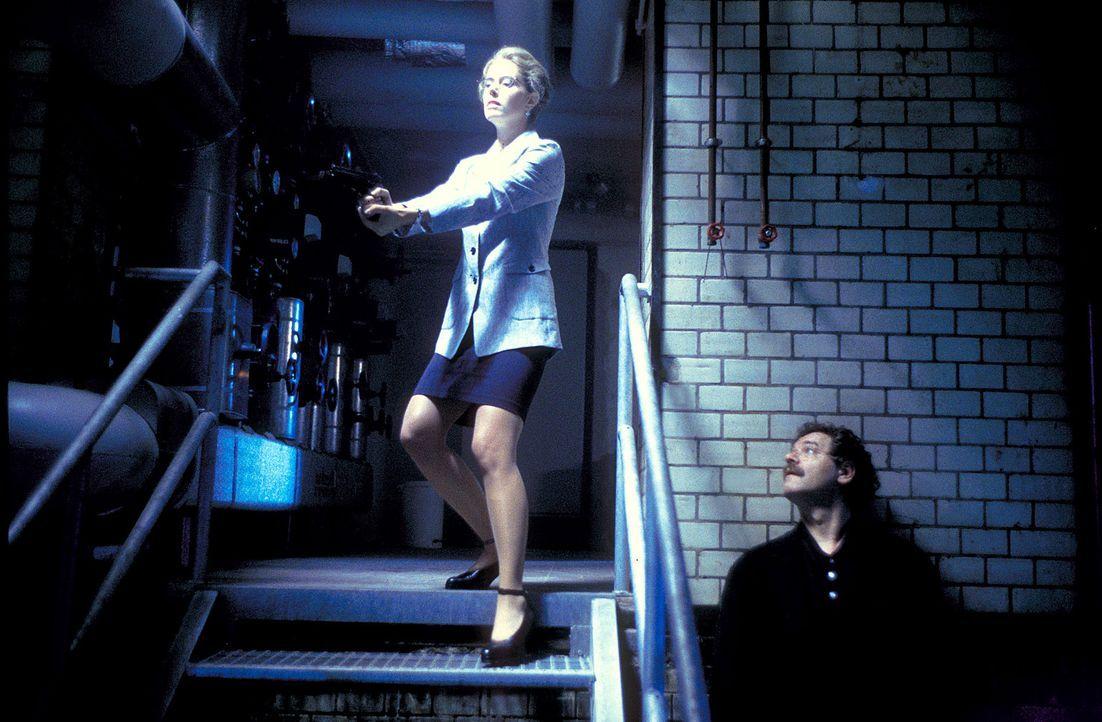 Weil die Leiterin des Sondereinsatzkommandos, Sophie Steeger (Dorothea Schenck, l.), glaubt, den Serienkiller mit Hilfe von Dr. Klingner (Gunter Ber... - Bildquelle: ProSieben