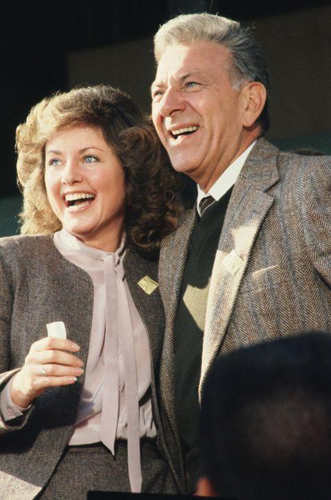 """Quincy (Jack Klugman, r.) besucht mit seiner Freundin Annie (Katherine Justice, l.) die Pferderennbahn. """"Star Chaser"""" gilt als bestes Pferd am Start... - Bildquelle: Universal Pictures"""
