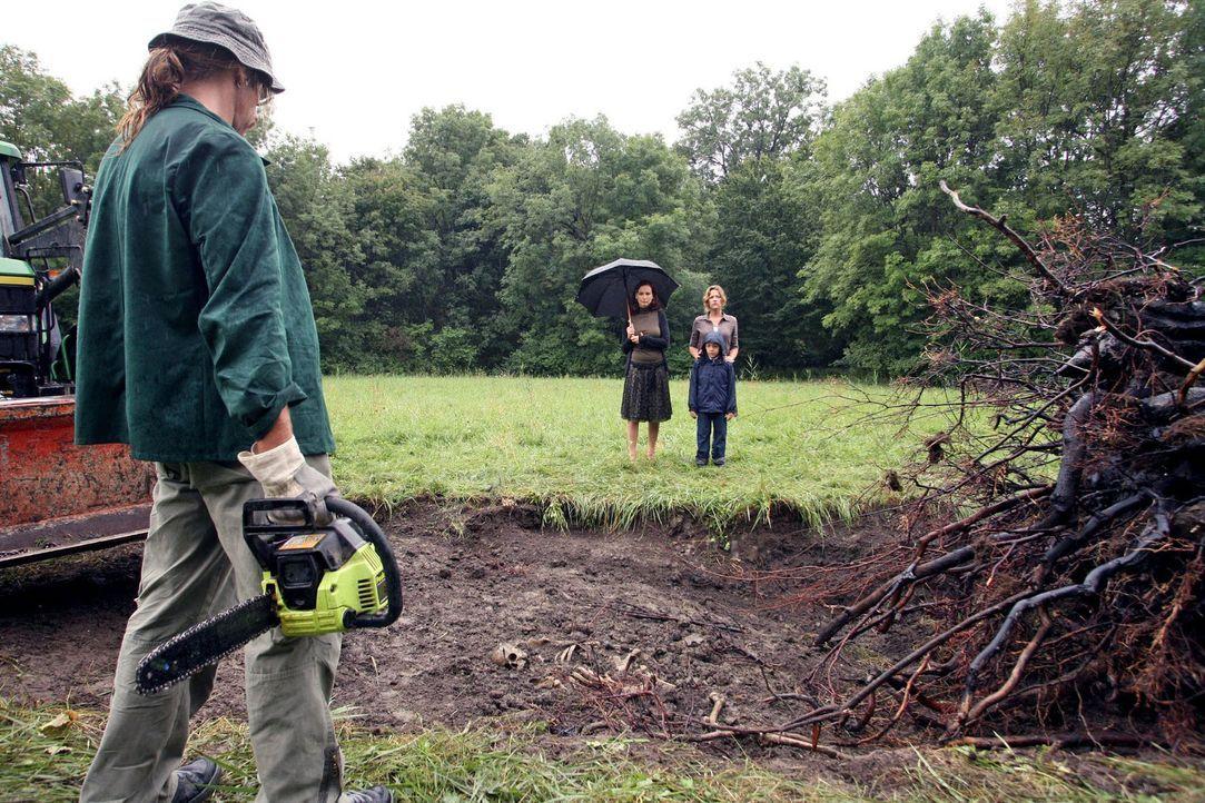 Als der verbrannte Baum auf dem Anwesen der Fischer-Hellwarths ausgegraben wird, kommt ein Skelett zum Vorschein. Fassungslos stehen Juliane (Beate... - Bildquelle: Petro Domenigg Sat.1