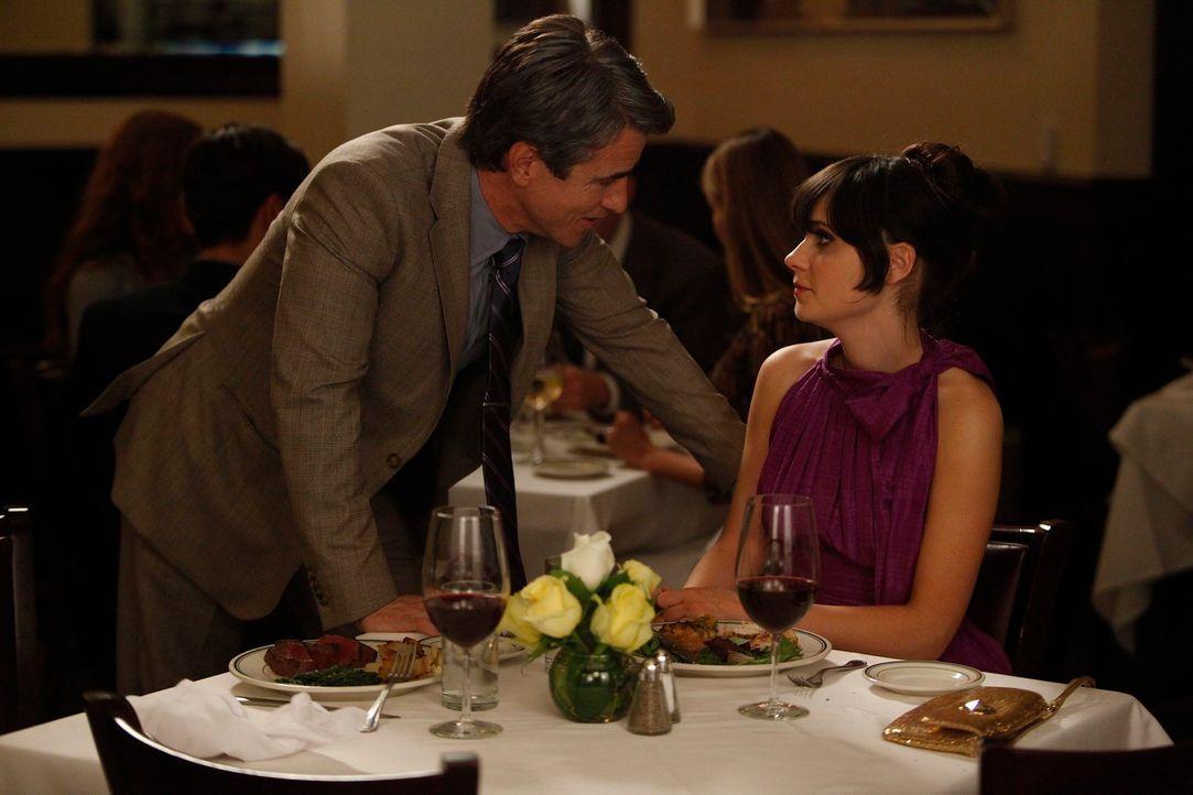 Während Schmidt und Cece weiterhin versuchen, ihre Beziehung unter Verschluss zu halten, verläuft das Date von Jess (Zooey Deschanel, r.) und Russel... - Bildquelle: 20th Century Fox