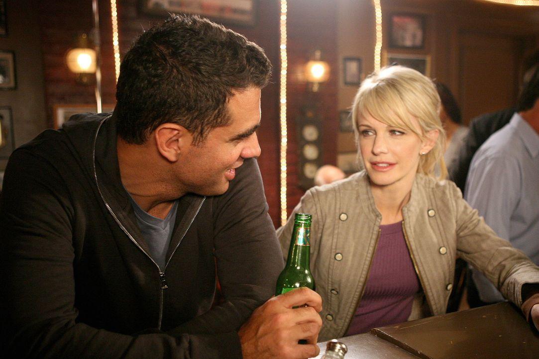 Bei einem Feierabendbierchen kommen sich Eddie (Bobby Cannavale, l.) und Lilly (Kathryn Morris, r.) näher ... - Bildquelle: Warner Brothers International Television Distribution Inc.