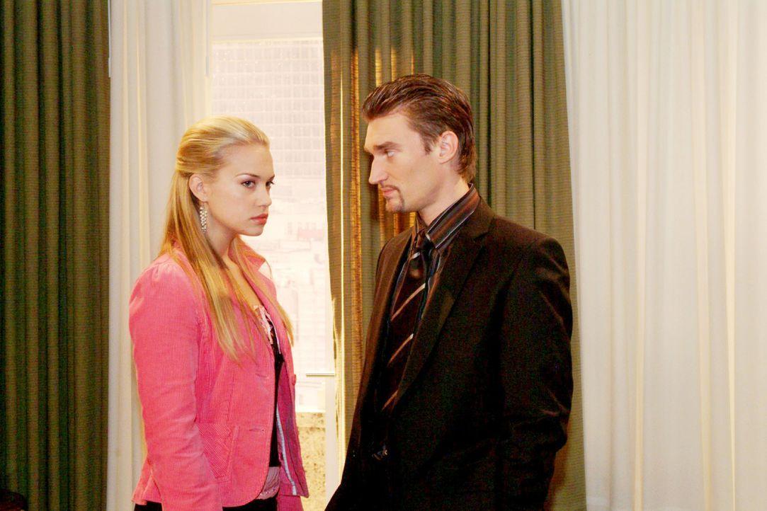 Kim (Lara-Isabelle Rentinck, l.) ist enttäuscht über Richards (Karim Köster, r.) eiskalte Abfuhr - ist er schließlich nicht nur Davids, sondern... - Bildquelle: Monika Schürle Sat.1