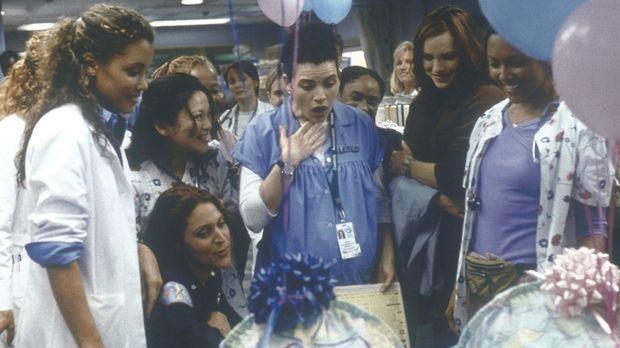 Hathaway (Julianna Margulies, M.) bekommt von der Station einen Kinderwagen f...