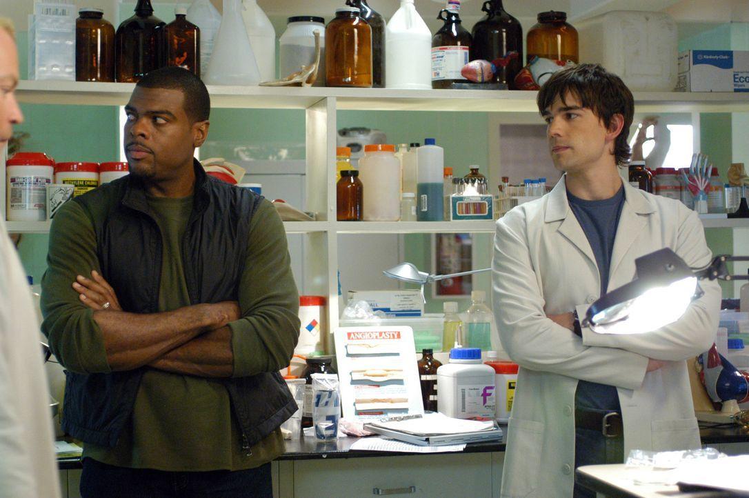 Bringen Licht ins Dunkle: Frank Powell (Troy Winbush, l.) und Dr. Miles McCabe (Christopher Gorham, r.) ... - Bildquelle: CBS Television