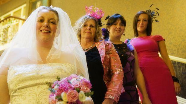 Sie sind Konkurrentinnen im Wettstreit um eine luxuriöse Hochzeitsreise (v.l....