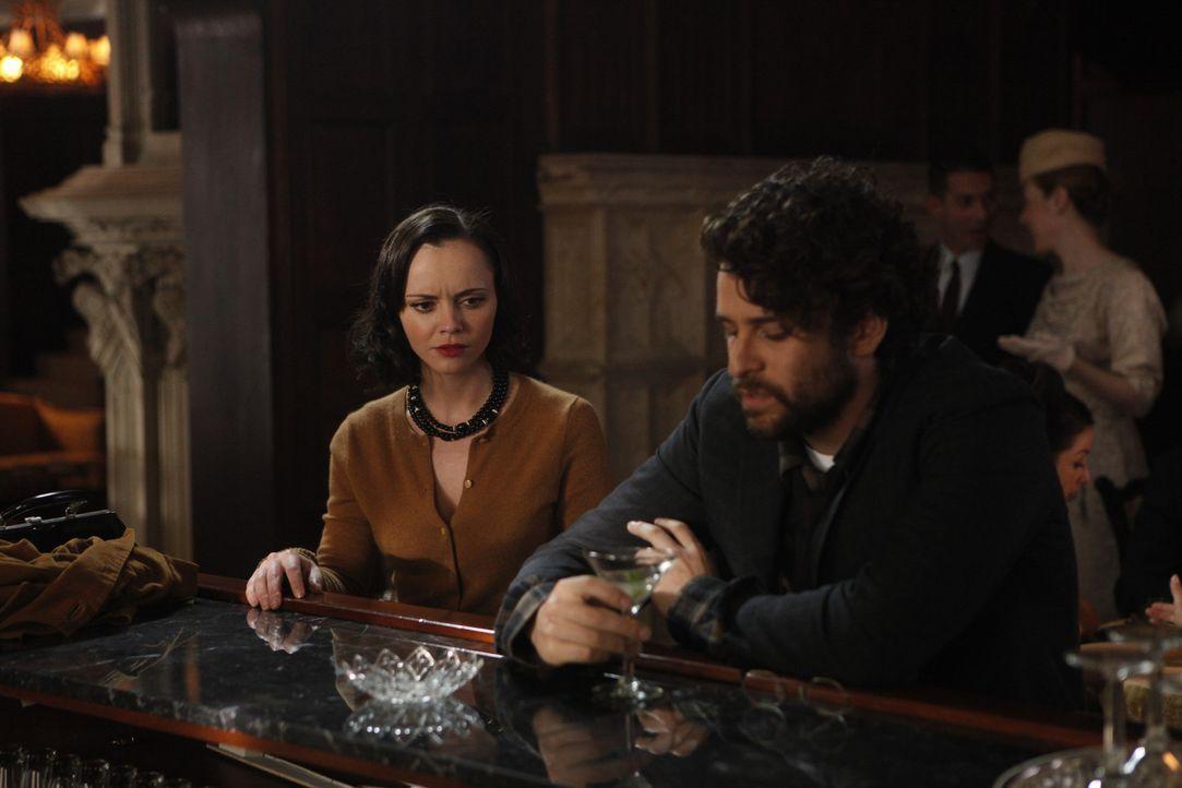Ihr guter Bekannter Sam (Danny Deferrari, r.) hält Maggie (Christina Ricci, l.) eine Moralpredigt, die sie zum Nachdenken bringt ... - Bildquelle: 2011 Sony Pictures Television Inc.  All Rights Reserved.