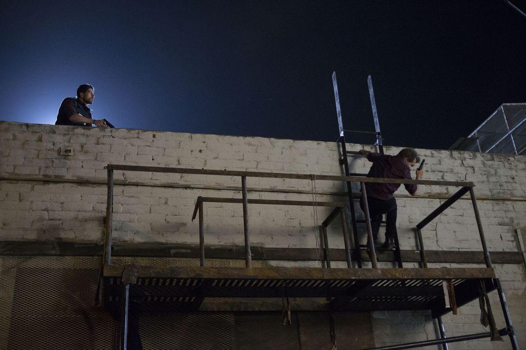 Vom Verfolger zum Verfolgten: Mr. Scratch (Bodhi Elfman, r.) möchte sein Entführungsopfer Prentiss wieder einfangen, doch der BAU (Adam Rodriguez, l... - Bildquelle: Sonja Flemming ABC Studios