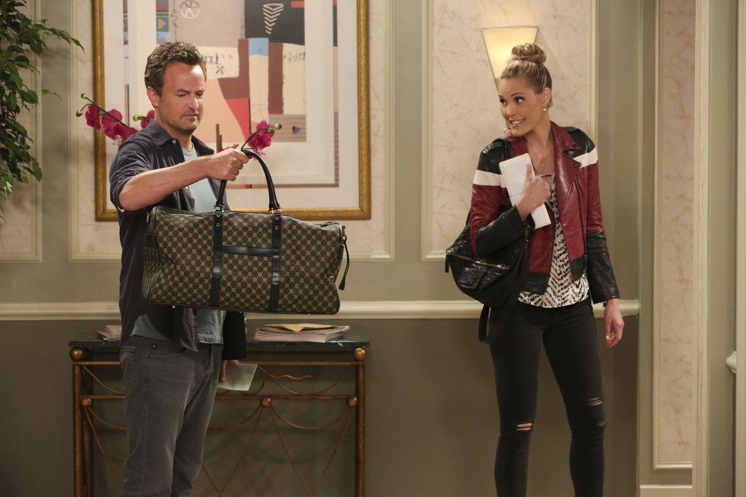 Oscar (Matthew Perry, l.) findet Caseys (Leslie Bibb, r.) Gepäck, das nur aus freizügigen Bikinis besteht, äußerst interessant ... - Bildquelle: Michael Yarish 2014 CBS Broadcasting, Inc. All Rights Reserved