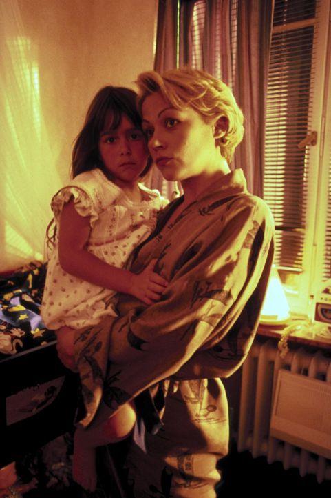 Als ihre Tochter Nina (Sophie Pflügler, l.) ermordet wird, fühlt sich Katja (Jennifer Nitsch, r.) von der Polizei im Stich gelassen und nimmt deshal... - Bildquelle: Peter Raider ProSieben