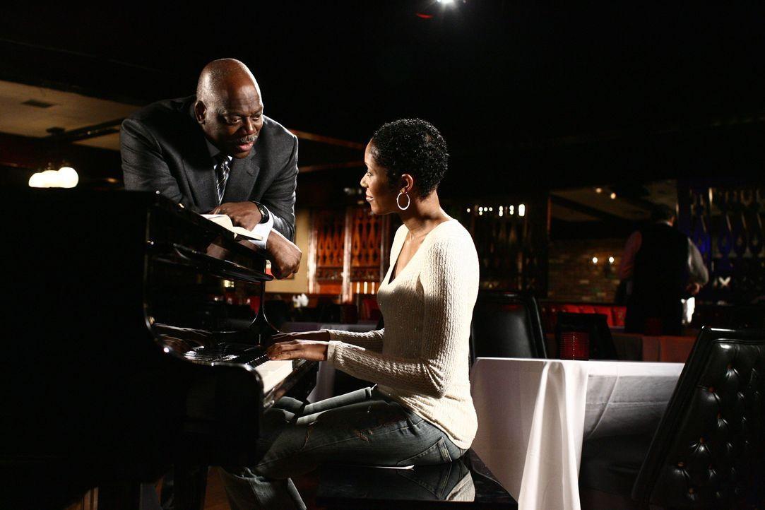 Kann die Pianistin Lena (Shelley Robertson, r.) Det. Will Jeffries (Thom Barry, l.) bei seinen Ermittlungen helfen? - Bildquelle: Warner Bros. Television