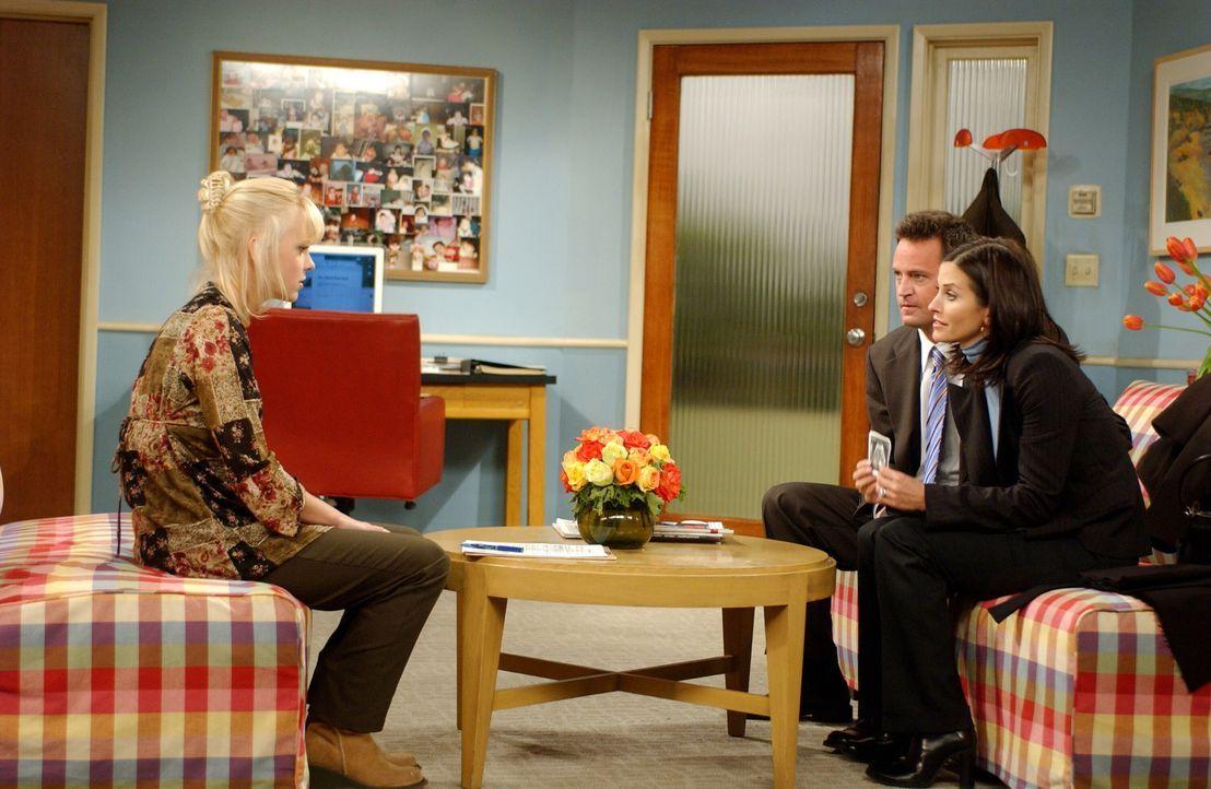 Chandler (Matthew Perry, 2.v.r.) und Monica (Courteney Cox, r.) haben einen Termin mit Erica (Anna Faris, l.), die ihnen ihr Kind geben möchte. Doch... - Bildquelle: 2003 Warner Brothers International Television