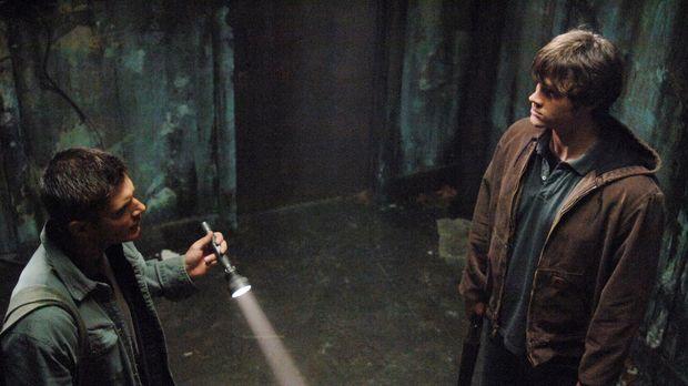 Sam (Jared Padalecki, r.) und Dean (Jensen Ackles l.) entdecken ein leer steh...