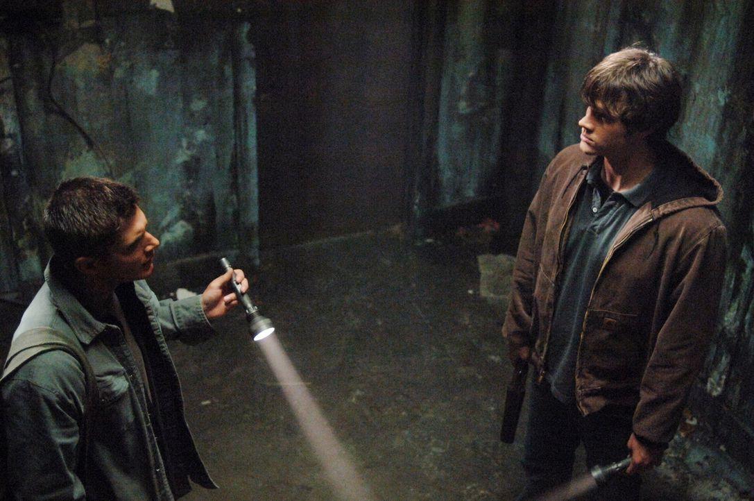 Sam (Jared Padalecki, r.) und Dean (Jensen Ackles l.) entdecken ein leer stehendes Sanatorium und finden heraus, dass es dort einst zu einer Revolte... - Bildquelle: Warner Bros. Television