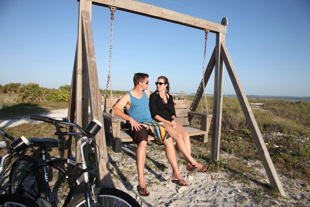 Lauren (r.) und Erik (l.) sind am Strand aufgewachsen und nun auf der Suche nach ihrem ersten gemeinsamen Heim - am Wasser versteht sich. Wird ihr T... - Bildquelle: 2013, HGTV/Scripps Networks, LLC. All Rights Reserved.
