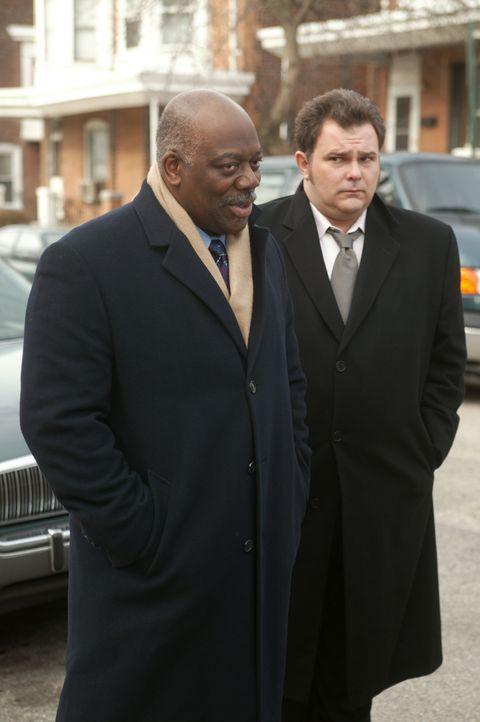 Der Fall des im Jahre 1993 getöteten Kyle Bream wird neu aufgerollt. Die Ermittlungen führen Det. Will Jeffries (Thom Barry, l.) und Det. Nick Vera... - Bildquelle: Warner Bros. Television
