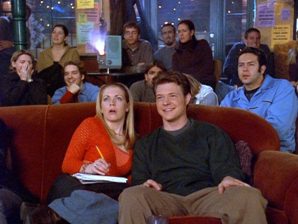Sabrina (Melissa Joan Hart, l.) sieht sich mit Harvey (Nate Richert, r.) einen Film an und versucht gleichzeitig, Hausaufgaben zu machen. - Bildquelle: Paramount Pictures