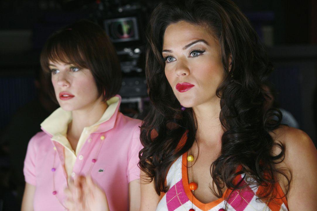 Emily (Chelsea Hobbs, l.) kann die Begeisterung ihrer Mutter Chloe (Susan Ward, r.) bezüglich der Modenschau nicht teilen ... - Bildquelle: 2009 DISNEY ENTERPRISES, INC. All rights reserved. NO ARCHIVING. NO RESALE.