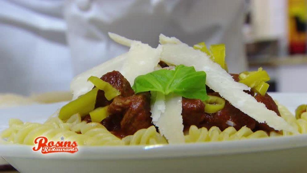 Rindsragout in Tomatensauce mit Pasta