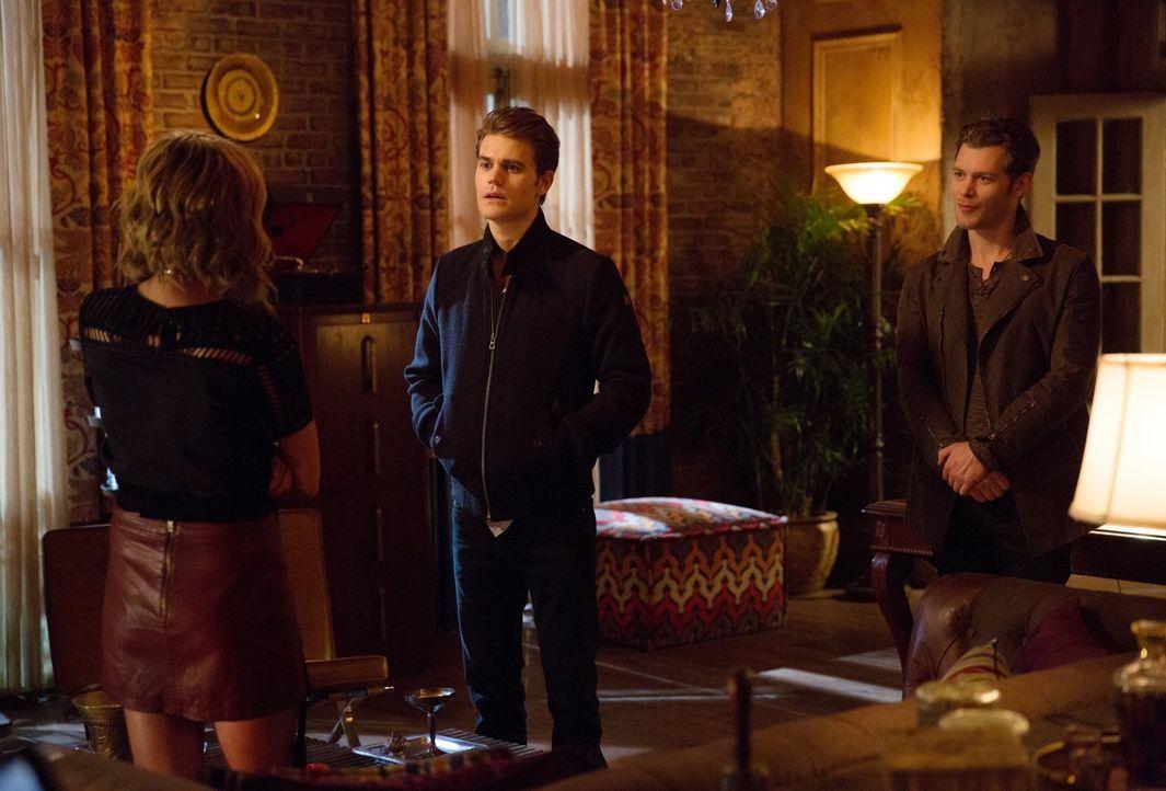 """Als Klaus (Joseph Morgan, r.) mit seinem alten """"Freund"""" Stefan (Paul Wesley, M.) bei ihr auftaucht, erinnert sich Freya (Riley Voelkel, l.) sofort a... - Bildquelle: Warner Bros. Entertainment, Inc."""