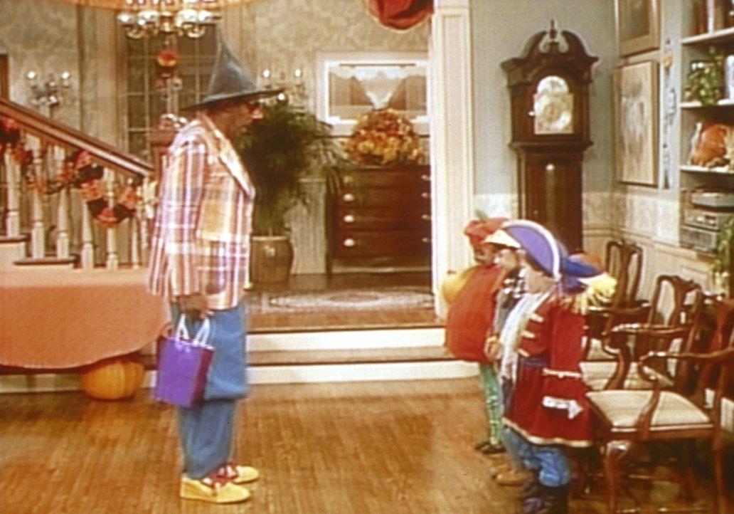 Cliff (Bill Cosby, l.) hat sich von den Kleinen breitschlagen lassen und begibt sich mit auf den an Halloween üblichen Marsch durch die Nachbarscha... - Bildquelle: Viacom