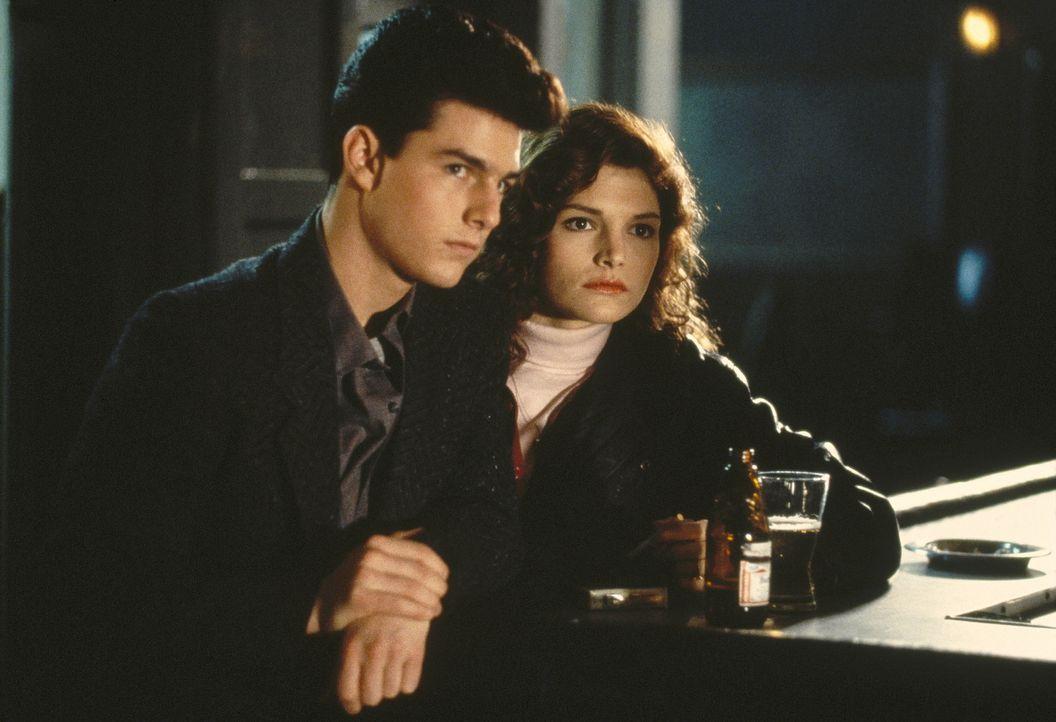 Carmen (Mary Elizabeth Mastrantonio, r.) begleitet ihren Freund Vincent (Tom Cruise, l.) zu dem wichtigen Billardturnier ... - Bildquelle: Buena Vista Pictures