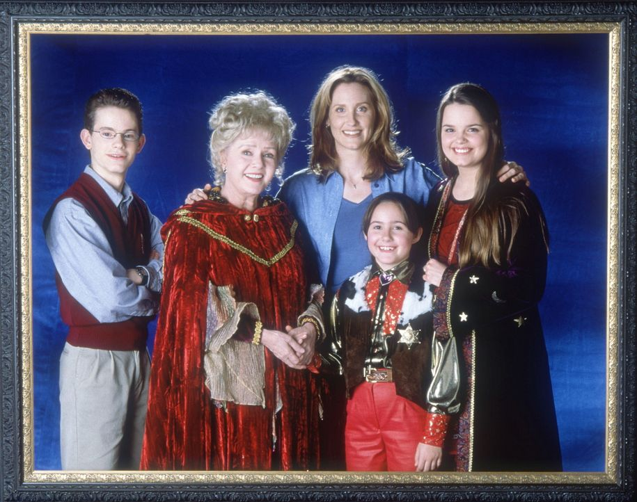 (v.l.n.r.) Dylan (Joey Zimmerman), Aggie (Debbie Reynolds), Gwen (Judith Hoag), Sophie (Emily Roeske) und Marnie (Kimberly J. Brown) Cromewell haben... - Bildquelle: DISNEY