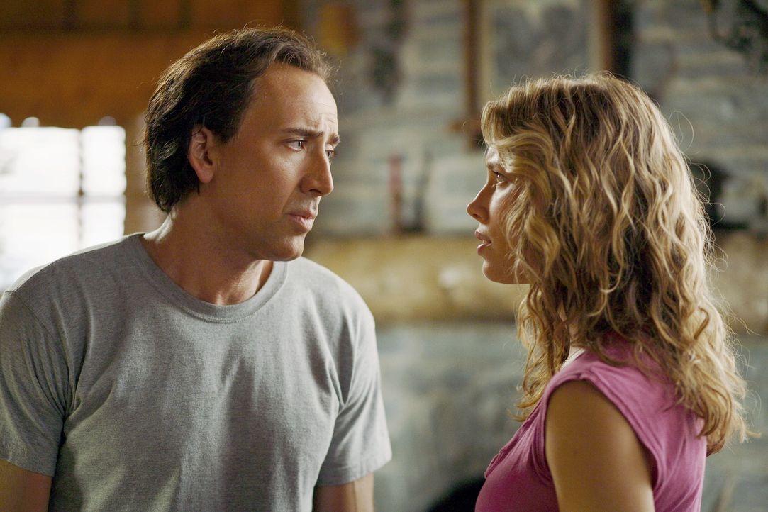 Die US-Regierung hofft mit Cris' (Nicolas Cage, l.) Fähigkeiten einen geplanten Terroranschlag auf L.A. verhindern zu können. Doch der will so lange... - Bildquelle: t   2007 Paramount pictures. All Rights Reserved.