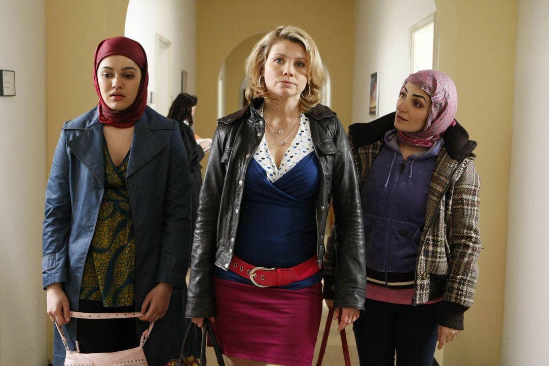 Danni (Annette Frier, M.) wird mit einem heiklen Fall konfrontiert: Die sechzehnjährige Türkin Zeynep (Nilam Farooq, l.) taucht gemeinsam mit Emine... - Bildquelle: Frank Dicks SAT.1