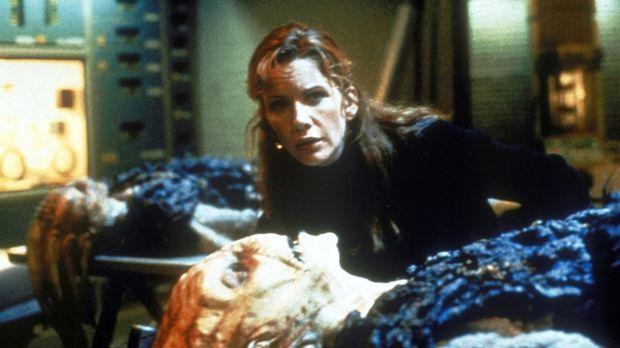 Die Biologin Teresa (Melissa Gilbert) untersucht außerirdische Lebewesen, die...