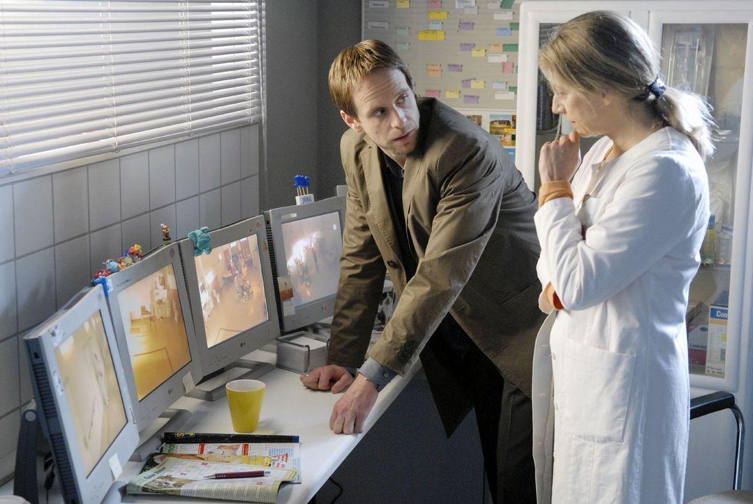 Gemeinsam mit Dr. Höffgen (Tatjana Blacher, r.) hört Philip (Julian Weigend, l.) via Monitor das Gespräch zwischen Marie und Levin ab ... - Bildquelle: Christoph Assmann Sat.1