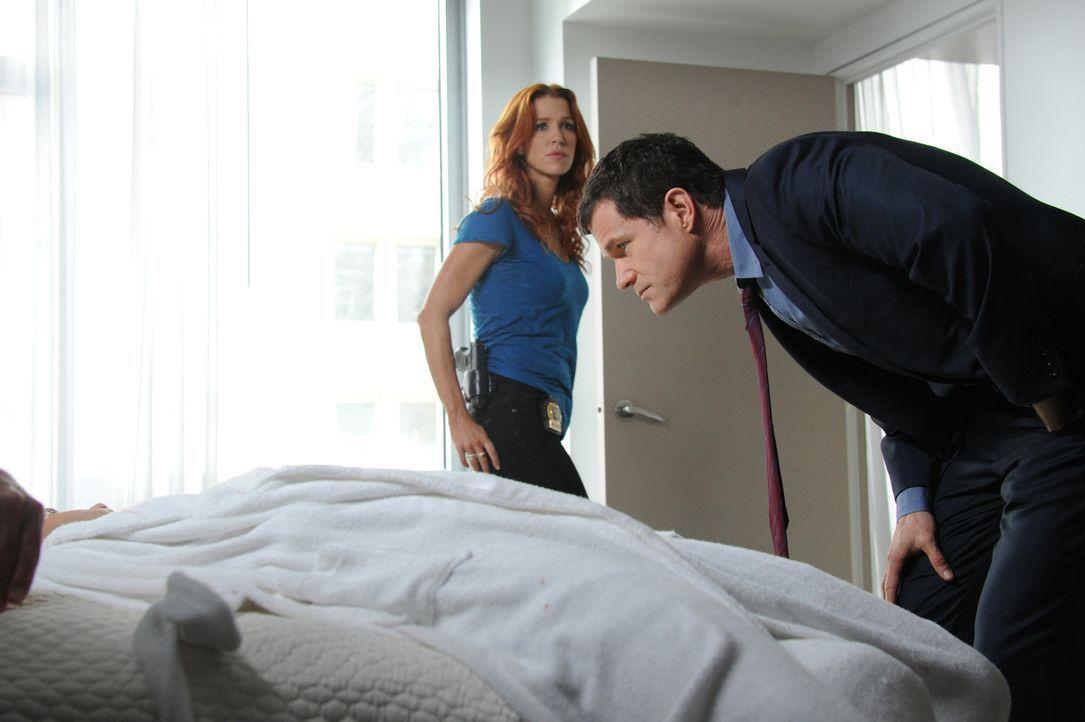 Ein neuer Mordfall beschäftigt Carrie (Poppy Montgomery, l.) und Al (Dylan Walsh, r.) ... - Bildquelle: 2011 CBS Broadcasting Inc. All Rights Reserved.