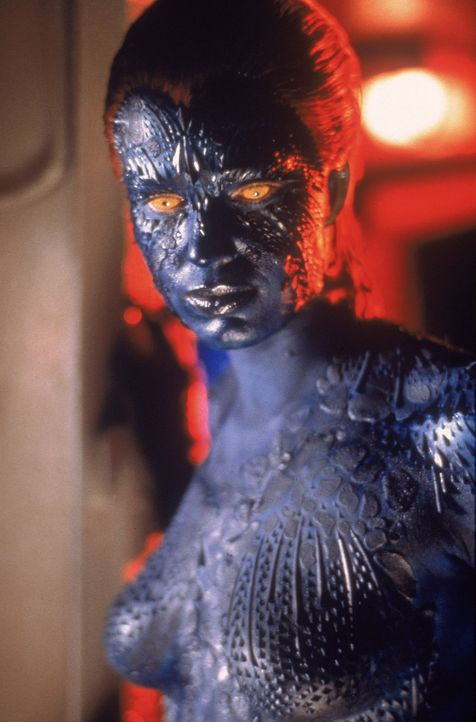 Die Metamorphin Mystique  (Rebecca Romijn-Stamos) gehört zur finsteren Bruderschaft um Magneto, die die Weltherrschaft an sich reißen will. - Bildquelle: 2000 Twentieth Century Fox Film Corporation. All rights reserved.