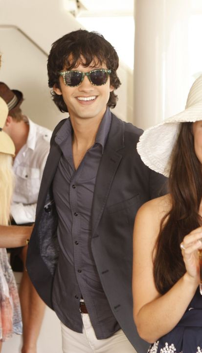 Der naive Navid (Michael Steger) ahnt nicht, wie intrigant seine Freundin Naomi ist... - Bildquelle: TM &   CBS Studios Inc. All Rights Reserved