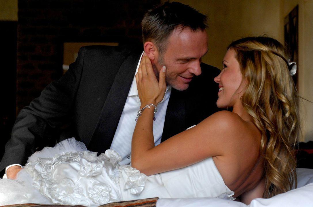 In einem traumhaften Hotel, direkt am afrikanischen Strand, will Schmuckdesignerin Lisa (Wolke Hegenbarth, r.) in einer halben Stunde ihren Verlobte... - Bildquelle: David Gur SAT.1